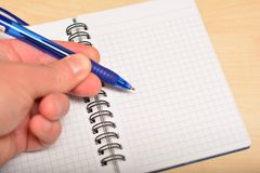 Pióro w ręce, pisze w dzienniczku Fotografia Stock