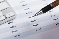 Pióro wskazuje finanse liczby Zdjęcie Royalty Free