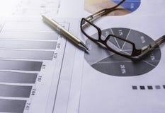 Pióro z szkłami na dokumencie dla analizować pieniężnych dane i co Obraz Stock