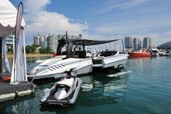 Più ampio incrociatore innovatore di stile di vita su esposizione alla manifestazione 2013 dell'yacht di Singapore Immagine Stock