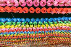 Più di migliaia di carta variopinta Lotus Lanterns che appende sugli alberi come il tetto per culto di Buddha o le celebrità di B immagini stock