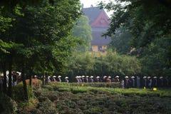 Più di seicento elemosine dei monaci, lungo la strada un grande evento di carità Fotografia Stock Libera da Diritti
