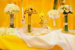 Più fiori e sulla tabella Fotografie Stock