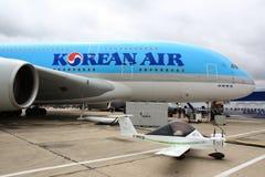 Più grande e più piccolo aereo all'esposizione di aria di Parigi 2011 Fotografie Stock Libere da Diritti