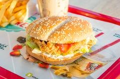 Più grande hamburger al ristorante di KFC Kentucky Fried Chicken Fotografie Stock