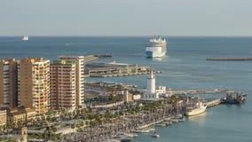 Più grande partenza della nave da crociera da Malaga Fascino dei mari stock footage