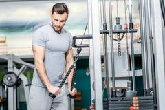 Più peso Carichi sicuri del peso dell'istruttore dell'atleta Un giovane Fotografie Stock Libere da Diritti
