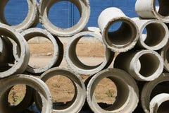 Più piccoli e più grandi tubi concreti dell'acqua Immagine Stock