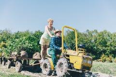 Più vecchia guida delle coppie sul rimorchio di trattore Fotografie Stock Libere da Diritti