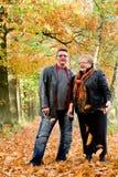 Più vecchie coppie felici in autunno immagine stock libera da diritti