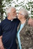 Più vecchie coppie fuori di ed in amore immagini stock