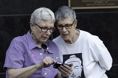 Più vecchie coppie lesbiche Immagini Stock