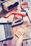 Più vecchie spatole e spazzole su un fondo di legno tinto Immagine Stock Libera da Diritti