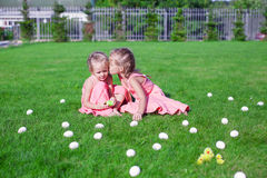 Più vecchio baciare della sorella più giovane su un'erba verde di Fotografia Stock