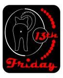 Piątek 13th, satyrowa odznaka z czarnym kotem obracającym z powrotem, kreskowy rysunek na czarnym tle z czerwoną inskrypcją ilustracji