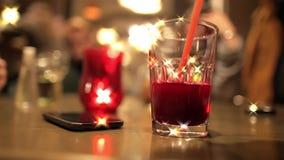 Pić świeżego sok w barze przy nocą zdjęcie wideo