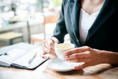 pić herbacianej kobiety Fotografia Stock
