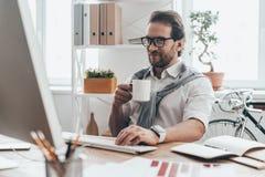 Pić kawę podczas pracującego dnia obraz stock