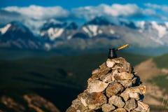 Pić kawę z oszałamiająco widokiem górskim Piękny himalaje krajobraz z filiżankami i cezve pić kawy Obrazy Stock