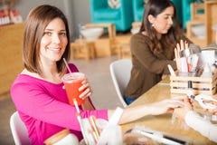 Pić lukrowej herbaty przy gwoździa salonem zdjęcia royalty free