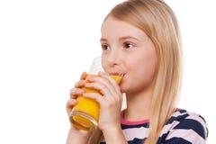 Pić sok pomarańczowego. Obrazy Stock