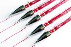 Pięć śladów czerwona pasta od czerwonych piór na białym papierze, czerwone linie na papierze Zdjęcie Stock