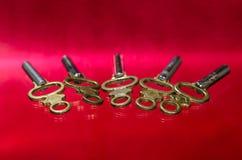 Pięć Antykwarskich Mosiężnych Kieszeniowego zegarka kluczy Kłaść na rewolucjonistki powierzchni Obraz Stock