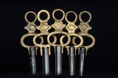 Pięć Antykwarskich Mosiężnych Kieszeniowego zegarka kluczy Stoi w ciemności Fotografia Stock