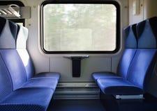 Pięć błękitnych siedzeń stawia czoło each inny w nowożytnym europejczyka pociągu Fotografia Stock