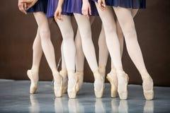 Pięć baletniczych tancerzy w taniec klasie blisko barre nogi tylko W ten sposób Obrazy Stock