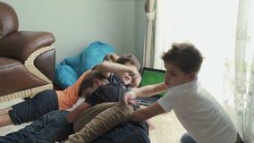 Pięć braci zegarków film w domu i raduje się zdjęcie wideo