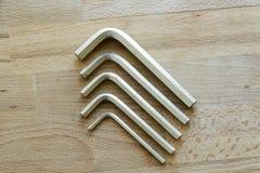 Pięć chromu wanadu Allen śruba na drewnianym stole Zdjęcie Royalty Free