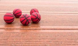 Pięć czerwonych koszykówek na tekstura panel fotografia royalty free