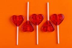 Pięć czerwonych słodkich smakowitych lizaków w kształcie serce zdjęcie royalty free