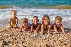 Pięć dzieciaków na plaży Obraz Royalty Free