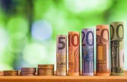 Pięć, dziesięć, dwadzieścia, pięćdziesiąt i sto euro staczających się rachunków bankn, Zdjęcie Stock