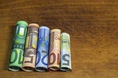 Pięć, dziesięć, dwadzieścia, pięćdziesiąt i sto euro staczających się rachunków bankn, Obrazy Royalty Free