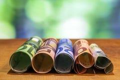 Pięć, dziesięć, dwadzieścia, pięćdziesiąt i sto euro staczających się rachunków bankn, Zdjęcia Royalty Free