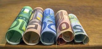 Pięć, dziesięć, dwadzieścia, pięćdziesiąt i sto euro staczających się rachunków bankn, Obraz Royalty Free