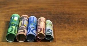 Pięć, dziesięć, dwadzieścia, pięćdziesiąt i sto euro staczających się rachunków bankn, Zdjęcie Royalty Free