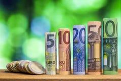 Pięć, dziesięć, dwadzieścia, pięćdziesiąt i sto euro staczających się rachunków bankn, Obraz Stock