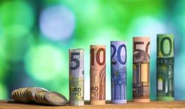 Pięć, dziesięć, dwadzieścia, pięćdziesiąt i sto euro staczających się rachunków bankn, Zdjęcia Stock
