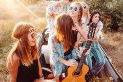 Pięć dziewczyn zabawę w wsi Zdjęcie Stock
