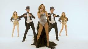 Pięć fachowych aktorów tanczy na białym tle mężczyzna jest ubranym smokingowego żakiet Kobieta jest ubranym starą suknię zdjęcie wideo