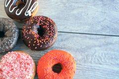 Pięć frosted rozpryskanych ciast dokrętek w kącie Fotografia Stock