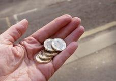 Pięć funtowych monet w ręce Zdjęcia Stock