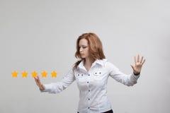 Pięć gwiazdowa ocena lub ranking porównywać z normą pojęcie, Kobieta ocenia usługa, hotel, restauracja Obraz Stock