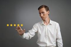 Pięć gwiazdowa ocena lub ranking porównywać z normą pojęcie, Mężczyzna ocenia usługa, hotel, restauracja Fotografia Royalty Free