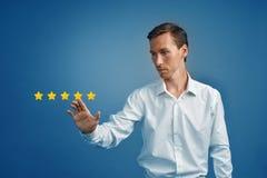 Pięć gwiazdowa ocena lub ranking porównywać z normą pojęcie, Mężczyzna ocenia usługa, hotel, restauracja Zdjęcia Royalty Free