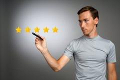 Pięć gwiazdowa ocena lub ranking porównywać z normą pojęcie, Mężczyzna ocenia usługa, hotel, restauracja Zdjęcia Stock